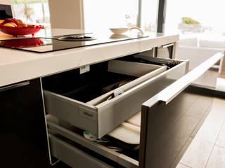 Gavetas Blum: Cozinha  por Moderestilo - Cozinhas e equipamentos Lda
