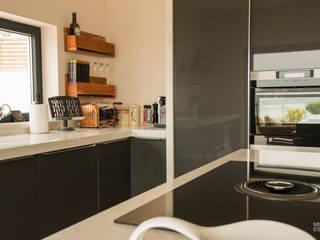 Estantes e arrumação: Cozinha  por Moderestilo - Cozinhas e equipamentos Lda
