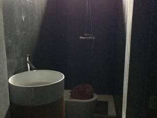 wc de suite: Casas de banho  por Inês Florindo Lopes