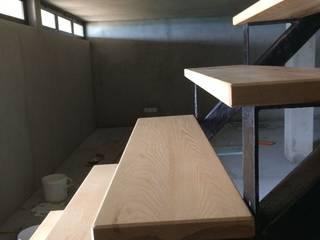 Escadas com estrutura metálica: Escadas  por Inês Florindo Lopes