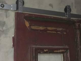 Sistema metálico para fazer correr a porta:   por Inês Florindo Lopes