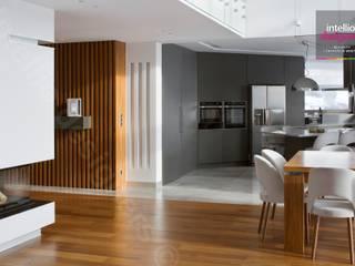 Wnętrza domu na Podhalu zaprojektowane przez Intellio designers: styl , w kategorii Korytarz, przedpokój zaprojektowany przez Intellio designers