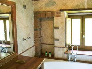 Villino in Via Chiantigiana interna Loc Callai: Bagno in stile in stile classico di Studio Bennardi - Architettura & Design