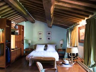 Villino in Via Chiantigiana interna Loc Callai: Camera da letto in stile in stile Classico di Studio Bennardi - Architettura & Design