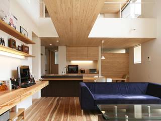 吹き抜けで1階と2階が穏やかに繋がる抜け感のある住まい: kisetsuが手掛けたリビングです。