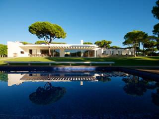 Moradia em Vilamoura por Castello-Branco Arquitectos, Lda Moderno