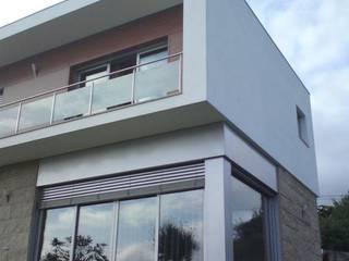 Envidraçados da Sala e Suite: Casas  por João Oliveira, arquitecto