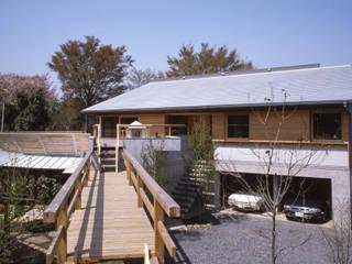 空に近いもう一つの庭 建物も自然に溶け込ませた環境と共存する住まい: (株)独楽蔵 KOMAGURAが手掛けた一戸建て住宅です。
