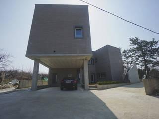 Casas estilo moderno: ideas, arquitectura e imágenes de 인우건축사사무소 Moderno