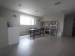 2층 거실 겸 서재: 인우건축사사무소의  서재 & 사무실