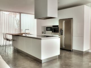 Built-in kitchens by Moderestilo - Cozinhas e equipamentos Lda, Modern