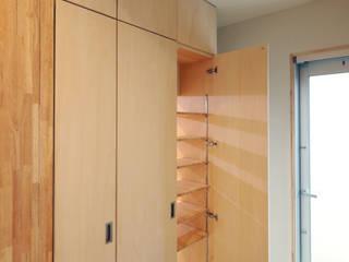 和室収納は洗面脱衣室につながる: atelier mが手掛けたスカンジナビアです。,北欧