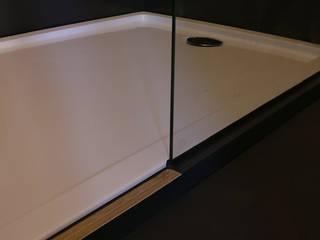 Baños de estilo moderno de studioMERZ Moderno