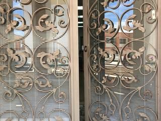 Porta principal em metal trabalhado: Espaços comerciais  por Inês Florindo Lopes