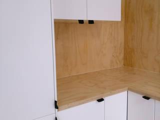 Cocinas de estilo moderno de studioMERZ Moderno