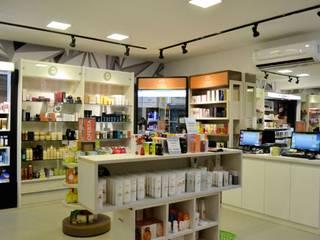 Negozi & Locali commerciali in stile  di Ricardo Leão Arquitetura