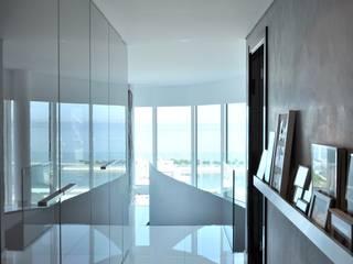Apartamento na Torre de São Rafael , Parque das Nações Corredores, halls e escadas modernos por Nuno Ladeiro, Arquitetura e Design Moderno