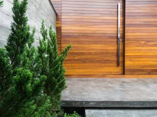 Modern style doors by ZAAV Arquitetura Modern