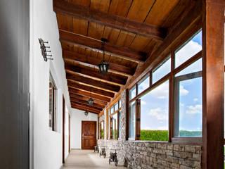 Pasillo de habitaciones Pasillos, vestíbulos y escaleras coloniales de RIAN INMOBILIARIA SA DE CV Colonial Madera Acabado en madera
