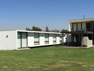 Fachada: Casas de estilo moderno por MAC SPA