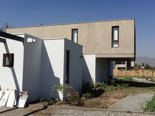 Fachada Posterior: Casas de estilo moderno por MAC SPA