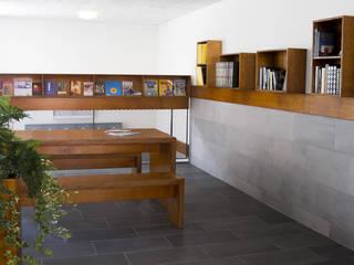 Leeshoek met boekenkasten:  Gang en hal door studioMERZ