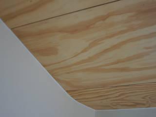 Plafond van multiplex, onderdeel van de entresol erboven:  Badkamer door studioMERZ