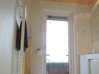 Douchen met uitzicht over de stad:  Badkamer door studioMERZ