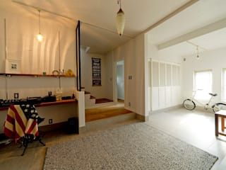 海外のような広々エントランス: 有限会社グラデンパシフィックが手掛けた廊下 & 玄関です。