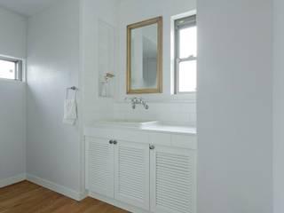 ホワイトを基調とした洗面: 有限会社グラデンパシフィックが手掛けたです。
