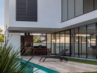 ミニマルスタイルの プール の ZAAV Arquitetura ミニマル