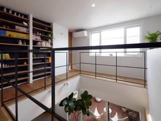 二階ホール: タイコーアーキテクトが手掛けた廊下 & 玄関です。