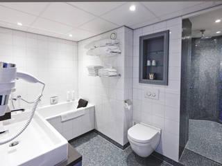 Cleopatra ligbad in hotel Efteling: minimalistische Badkamer door Cleopatra BV