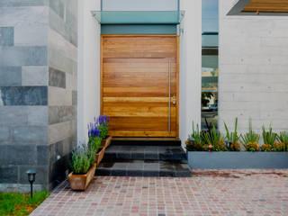 ACCESO PRINCIPAL : Casas unifamiliares de estilo  por GRUPO VOLTA
