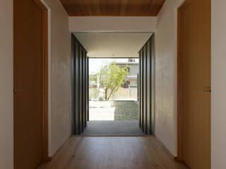 L字の家: toki Architect design officeが手掛けた廊下 & 玄関です。
