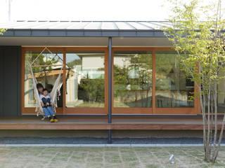 L字の家: toki Architect design officeが手掛けたサンルームです。