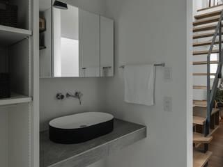 ishibehigashi house: ALTS DESIGN OFFICEが手掛けた浴室です。,