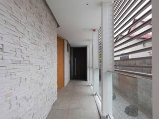 SF Residence: ヒココニシアーキテクチュア株式会社が手掛けた廊下 & 玄関です。