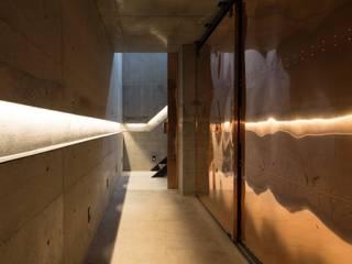 TAKI: ヒココニシアーキテクチュア株式会社が手掛けた廊下 & 玄関です。