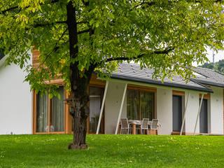 Piccoli grandi spazi abitativi: Casa prefabbricata  in stile  di Woodbau Srl