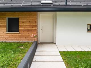 Piccoli grandi spazi abitativi: Ingresso & Corridoio in stile  di Woodbau Srl