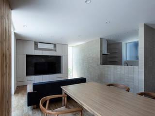 ダイニングからキッチンを見る モダンデザインの ダイニング の 松岡淳建築設計事務所 モダン