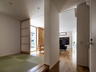 廊下からリビングを見る: 松岡淳建築設計事務所が手掛けた和室です。,モダン