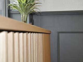 Dettaglio mobile vetrina: Negozi & Locali commerciali in stile  di Studio Forma
