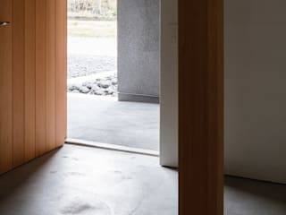 House in Kamo|加茂の家: 山田誠一建築設計事務所が手掛けた廊下 & 玄関です。