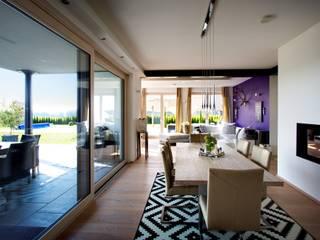 Hebe-Schiebe-Türen mit barrierefreiem Übergang:  Perfekte Verbindung zwischen drinnen und  draußen:  Fenster von Kneer GmbH, Fenster und Türen