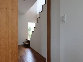 つなぎ梁の家: 西島正樹/プライム一級建築士事務所 が手掛けた階段です。