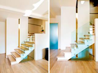 Complesso residenziale: Scale in stile  di ALMA Architettura | Mario Pan | Alessandro Pezzotti