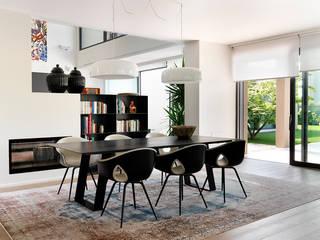 Villa Franciacorta: Sala da pranzo in stile  di ALMA Architettura | Mario Pan | Alessandro Pezzotti