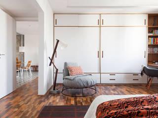 臥室 by INÁ Arquitetura, 現代風